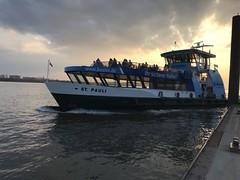 Hamburger Fähre (VreSko) Tags: hvv fähre ferry ship boat hamburg hamburgo stadt ciudad town city hafen port sonne sun sol sonnenuntergang licht luz light sonnenlicht norddeutschland germany hochbahn