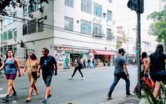 é por aqui! (lucia yunes) Tags: streetshot streetscene streetphotography streetlife streetphoto mobilephotography mobilephoto walk justwalk lifeinstreet rua cenaurbana cenaderua fotografiaurbana fotoderua fotografiaderua travessia motoz3play luciayunes