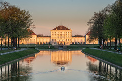 Schloss Nymphenburg 2 (markusgeisse) Tags: schloss nymphenburg münchen morgensonne sonnenaufgang morgen kanal spiegelung morgenhimmel schwan castle canal morning sunrise sun munich