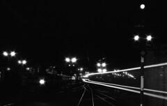 In der Nacht fährt ein Zug vorbei (peter.velthoen) Tags: neg01328 salzburg hauptbahnhof österreich nacht zug vorbei film agfa nikkormat blackandwhite monochrome petervelthoen trein train zwartwit