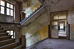 It's hard to choose the right direction. Certainly beautiful everywhere. (robert.freitag) Tags: nikon nikond7200 tokina abandoned decay lostplaces rotten door tür light licht stairs treppe stairway