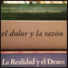 HAIKU DE ESTANTERÍA CXCI #haikusdestanteria (juanluisgx) Tags: haikusdestanteria leon spain book libro haiku estanteria haikusdeestanteria poema poem poetry poesia bookshelf