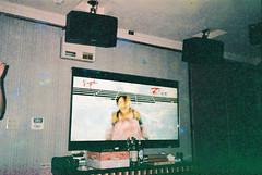 (埃德溫 ourutopia) Tags: film maco tcs eagle 400 macotcseagle macotcseagle400 yashica t2 t3 t4 t5 expiredfilm filmphotography analog analogphotography party birthday room video ktv karaoke フィルム