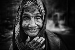Badami (Ma Poupoule) Tags: badami inde india porträt portrait ritratti ritratto retrato regard femme vieillefemme woman oldwoman noirblanc nb noir biancoenero bianconero blackwhite bw photojournalism
