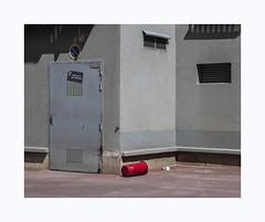 Sans titre (hélène chantemerle) Tags: extérieur immeuble bâtiment cour poubelle soleil ombres outdoor building yard trashcan sun shadows red