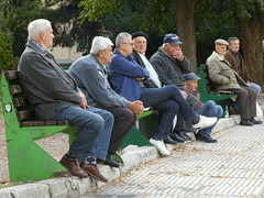 Aan wal (Merodema) Tags: men meneren mannen bankje toeschouwers stuurlui ouder elderly