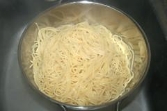 11 - Spaghetti abtropfen lassen / Drain spaghetti (JaBB) Tags: chickenbreast hähnchen hähnchenbrustfilet spaghetti creamofchicken gemüsesalsa vegetablesalsa salsa sourcream sauerrahm jalapeños tacoseasoning tacogewürzmischung tabasco käse cheese casserole auflauf spaghettiauflauf spaghetticasserole food lunch dinner essen nahrung nahrungsmittel mittagessen abendessen kochen cooking rezept recipe backen baking kochexperiment kochexperimente