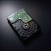 Nahaufnahme einer Festplatte auf schwarzem Hintergrund