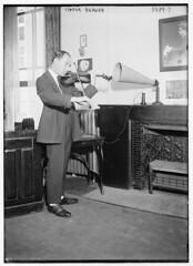 Anglų lietuvių žodynas. Žodis speakerphone reiškia 1) telefonas su garsiakalbiu lietuviškai.