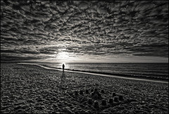 Sunset in Normandy (freephysique) Tags: coucher soleil sunset noir et blanc paysages landscape normandy normandie france plage beach silhouette nuages clouds bw nb