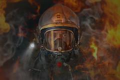La diferencia entre una buena vida y una mala vida está en cómo caminas a través del fuego. (dMadPhoto) Tags: retratos portraits bomberos firefighter fire fuego eyes glance mirada ojos man men madrid dmadphoto