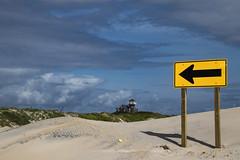 Pee Island NC (bhermann.hamburg) Tags: peeisland beach strand blau blue gelb yellow pfeil arrow haus house
