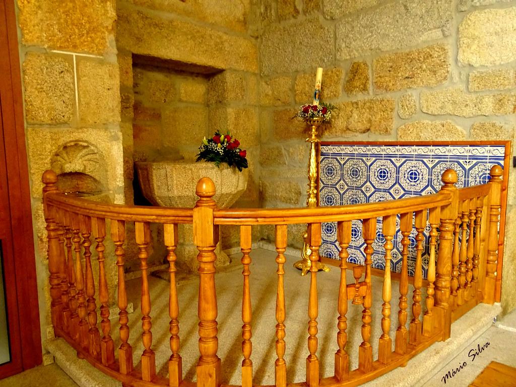 Águas Frias (Chaves) - ... o batistério (com a antiga pia batismal ao fundo) - igreja matriz ...