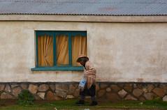 Bolivienne Sud Lipez_3919 (ichauvel) Tags: femme woman viellefemme oldwoman rue street maison house marcher walking exterieur outside village sudlipez bolivie bolivia amériquedusud southamerica amériquelatine altitude voyage travel photoderue streetphotography getty