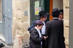 PARIS - MARAIS KIDS (Maikel L.) Tags: europa europe frankreich france francia paris marais kids street streetshot people jewish jüdisch capital hauptstadt kippa childhood