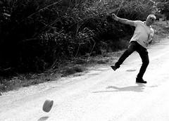 gioco della ruzzola (enricoerriko) Tags: enricoerriko erriko enrico casette santelpidioamare ruzzola gioco santacroce italia italy italie italien nyc moscow beijing shangai paris stradadicampagna strada bianca giocatori mosse contorcimenti forza precisione curva diritto pannella braccio blackwhite colore 2019 maggio marche lazio gente people circuito personaggi campioni fiore campioneditalia