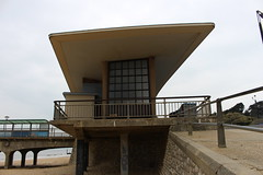Boscombe Beach,18 (doojohn701) Tags: architecture postmodernist pier road railings building windows boscombe dorset uk