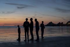 Sunset breton (Patrick Doreau) Tags: couleurs colors coucherdesoleil sunset nuit night silhouettes persopnnes people ciel sky mer sea water eau reflexions reflet plage beach sable sand bretagne brittany