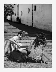 Des gens simplement heureux! (francis_bellin) Tags: chapeau espagne guitare street homme netb photoderue grenade escalier olympus streetphoto noiretblanc artistederue ville blackandwhite femme albacin rue andalousie bw 2019 groupie muscien