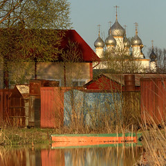 Saint Jacques monastery - Rostov (johnnyfox712) Tags: monastery rosto saint jacques russia back yard backyard sunset beauttifullight church orthodoxchurch landscape cityscape rostovveliki red house lake domes silver