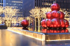 USA - NYC - Christmas Balls fountain - 6th ave (mda'skaly) Tags: newyork manhattan usa lights christmas lumières décorations longexposure night nuit fontaine fountain water christmasballs