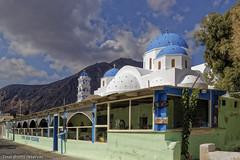Eglise et restaurant (Lucille-bs) Tags: europe grèce cyclades santorin église restaurant nuage montagne paysage kamari