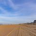 Autospuren im Sand am Strand von Bloemendaal aan Zee in den Niederlanden
