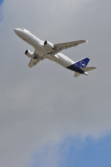'LH4WT' (LH2473) LHR-MUC (A380spotter) Tags: takeoff departure climb climbout belly airbus a320 200 daizd schwäbischgmünd deutschelufthansaag dlh lh lh4wt lh2473 lhrmuc runway27l 27l london heathrow egll lhr