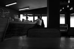 L1010092 (leofg37) Tags: leica q2 q 2 leicacamera noir et blanc nb bnw black white bar restaurant brasserie photographie