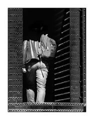 Où va t'il ?? (francis_bellin) Tags: olympus espagne streetphoto street homme netb photoderue ombre grenade porte noiretblanc monochrome lalhambra andalousie rue blackandwhite bw 2019 sacàdos ville