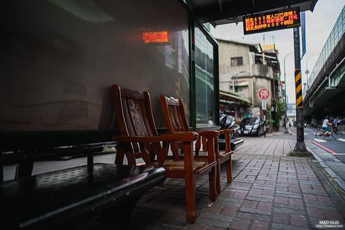 公車站會有多擺出來的木椅,我猜想這裡可能是高齡社區。2019/5/31