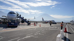 Boarding at the foot of the volcano (Chemose) Tags: sony ilce7m2 alpha7ii avril april pérou peru arequipa aérodrome aéroport airport avion airplane duo boarding embarquement volcan volcano misti andes montagne mountain tarmac piste runway