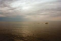 Tra cielo e terra. (michele.palombi) Tags: colore negativo c41 colortec 35mm analogic cielo mare