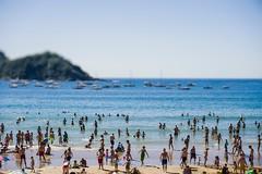 ... La Concha ... (Lanpernas .) Tags: laconcha donostia fake tiltshift 2019 playa beach gente people orilla isla