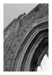 Église Notre-Dame-de-la-Nativité de Champlieu (DavidB1977) Tags: france picardie hautsdefrance oise orrouy champlieu portail vestiges ruines église monochrome bw nb fujifilm x100f linteau