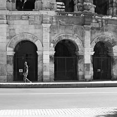 Le tour des Arènes en solitaire (lesphotosdepatrick) Tags: streetphotography blackandwhitephotography candidshot acrosfilm x100f fujifilm fujixlovers gard gardtourisme nimes arenesdenimes nimestourisme