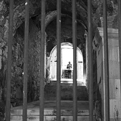 Le prisonnier (lesphotosdepatrick) Tags: nimestourisme arenesdenimes nimes gardtourisme gard fujixlovers fujifilm x100f acrosfilm candidshot blackandwhitephotography streetphotography
