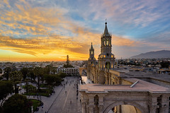 Sunset over the Cathedral Basilica Santa Maria - Arequipa, Peru (W_von_S) Tags: cathedralbasilicasantamaria arequipa peru city stadt sonnenuntergang sunset cityscape stadtlandschaft historical unescoworldheritage kathedrale basilica placzadearmas basilika wvons werner sony sonyilce7rm2 sky himmel wolken clouds orange blue outdoor