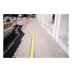 F200930145-03 (csinnbeck) Tags: analog film hamburg germany 2019 canon primazoom primazoom85n 85n sureshot fujicolor c200 fuji fujifilm hamborg deutschland hammerbrook spring shadow shadows building street yellow line pavement sidewalk