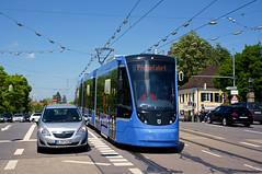 T3-Wagen 2753 auf Probefahrt: Fahrt über die Schlossbrücke in Nymphenburg (Frederik Buchleitner) Tags: 2753 avenio munich münchen probefahrt siemens strasenbahn streetcar twagen t3 tram trambahn