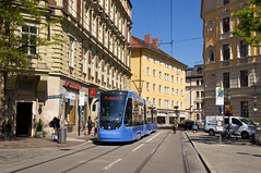 Auf dem Rückweg vom Effnerplatz passiert T3-Wagen 2753 die Haltestelle am U-Bahnhof Lehel, ehe es erstmals durch die Innenstadt geht (Frederik Buchleitner) Tags: 2753 avenio munich münchen probefahrt siemens strasenbahn streetcar twagen t3 tram trambahn