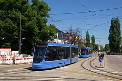 T2-Wagen 2704 und T3-Wagen 2753 am Romanplatz (Frederik Buchleitner) Tags: 2704 2753 avenio linie12 munich münchen probefahrt romanplatz siemens strasenbahn streetcar twagen t2 t3 tram trambahn