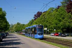 Nach der Fahrt nach Grünwald geht es für T3-Wagen 2753 wieder zurück in die Stadt, hier zwischen den Haltestellen Theodolindenplatz und Authariplatz (Frederik Buchleitner) Tags: 2753 avenio munich münchen probefahrt siemens strasenbahn streetcar twagen t3 tram trambahn