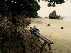 Merci de prendre place! (8pl) Tags: plage okinawa japon banc chaises beauté sable roches coraux rocher bois arbre nature chaleur eau