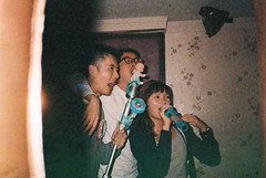 (埃德溫 ourutopia) Tags: film maco tcs eagle 400 macotcseagle macotcseagle400 yashica t2 t3 t4 t5 expiredfilm filmphotography analog analogphotography guy man girl people sing party birthday room video ktv karaoke フィルム