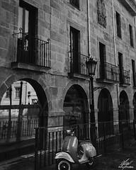 Por la calle (Amy Charlize) Tags: amycharlize focosocial calle street spain oviedo vespa blackandwhite urban asturias