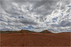Tierra roja (Fernando Forniés Gracia) Tags: españa aragón zaragoza calatayud ateca sierradearmantes paisaje landscape naturaleza nubes cielo llanura