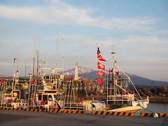 from Oma (murozo) Tags: fishing port boat konoura nikaho akita japan mountain mtchokai snow sky sea 漁港 漁船 船 金浦 にかほ 秋田 日本 空 山 海 鳥海山 夕方 evening