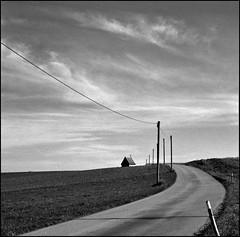 wege gehen (jo.sa.) Tags: landschaft lebensraum rollfilm bw schwarzweiss weg strasse strommast kapelle himmel mittelformat analogefotografie analog