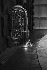 Tuba a la espera (Guillermo Relaño) Tags: guillermorelaño sonya7 a7iii a7m3 teatro nuevoapolo camerata musicalis tchaikovsky cuarta 4 sinfonia ensayo byn bw blackandwhite blancoynegro tuba especial ¿porqueesespecial